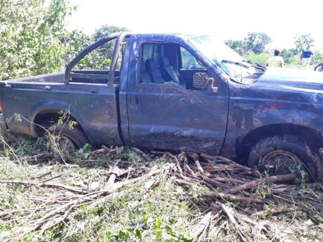 Motorista perde controle de caminhonete e desce barranco em PI