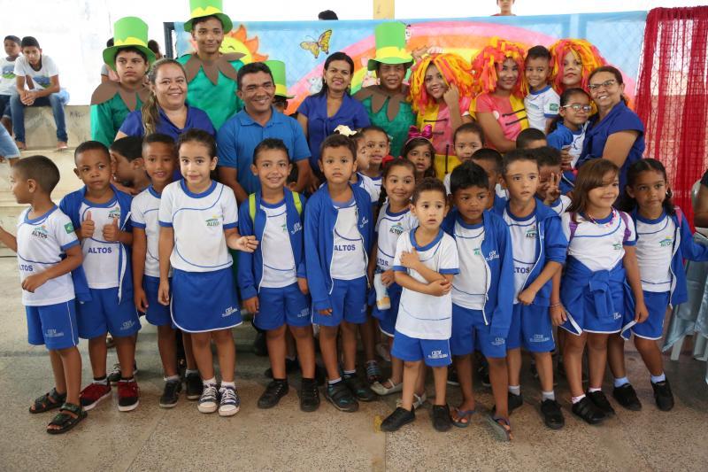 Crianças de Altos recebem kits de incentivo à leitura