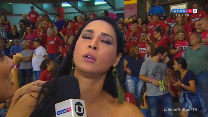 Vídeo: jogadora de vôlei desmaia ao vivo durante entrevista