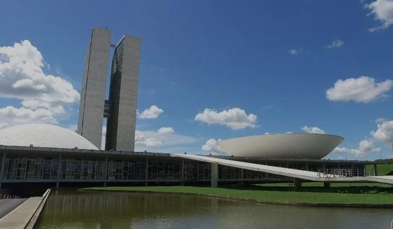 Governo cede para aprovar reforma na CCJ; Olavo ataca militares e Bolsonaro recua