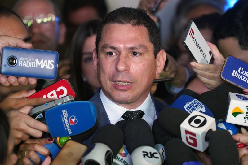 Maia anuncia deputados de PR e PSDB para presidência e relatoria