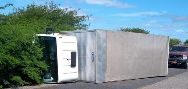 Motorista dorme ao volante e caminhão tomba na PI-243