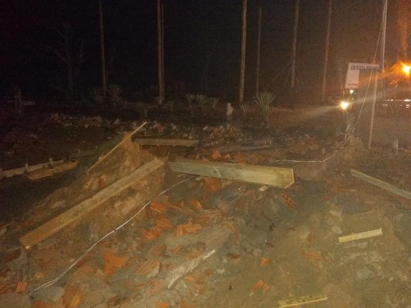 Moradores derrubam muro de empresário na praia de Barrinha