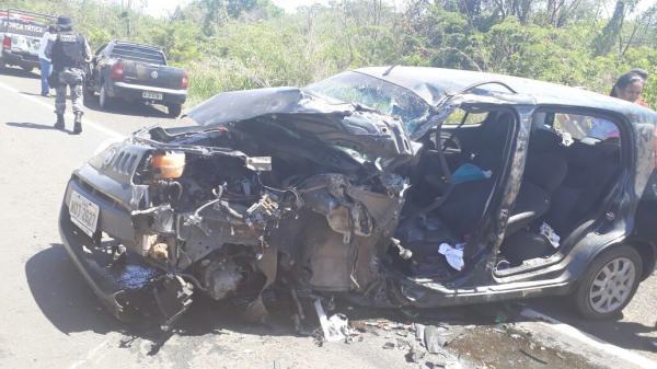 Motorista fica preso às ferragens em acidente na BR-343