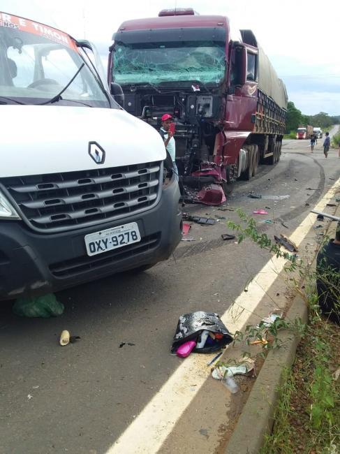 Acidente envolvendo van e carreta deixa 8 mortos na BR 226