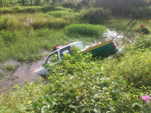 Em Caxingó viatura da PM desce aterro e cai em riacho na PI-305
