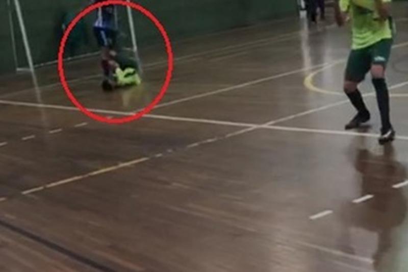 Vídeo:Adolescente pisa intencionalmente em rosto de adversário e é detido
