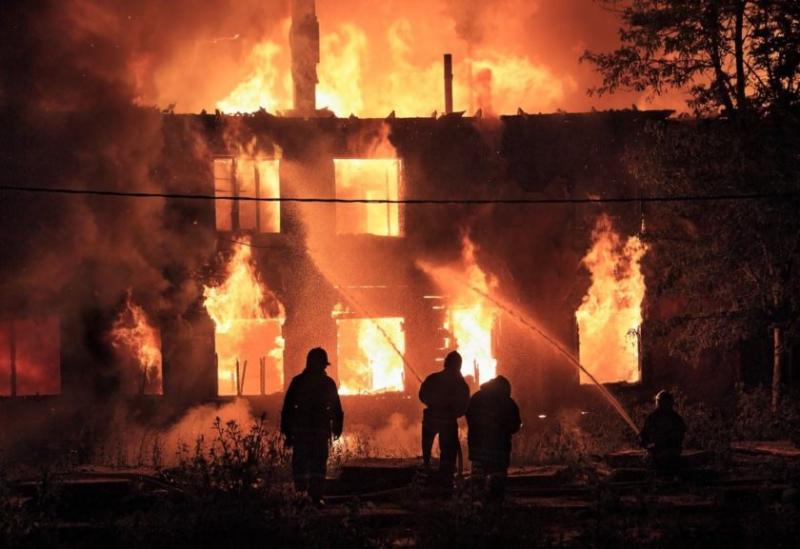 Homem ateia fogo em casa e mata mulher e três enteados