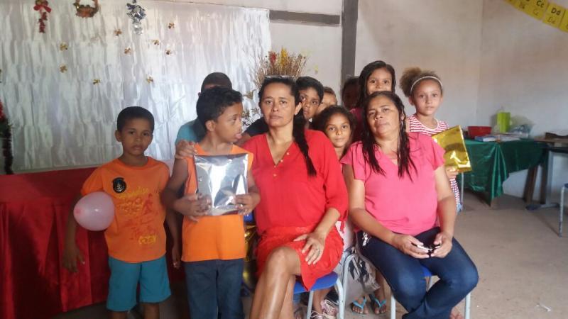 Alunos do 2º Ano B da escola Tia Edinha recebem medalhas pelo bom desempenho