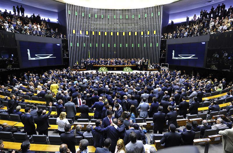 Comissão aprova eleições diretas caso Michel Temer saia do cargo
