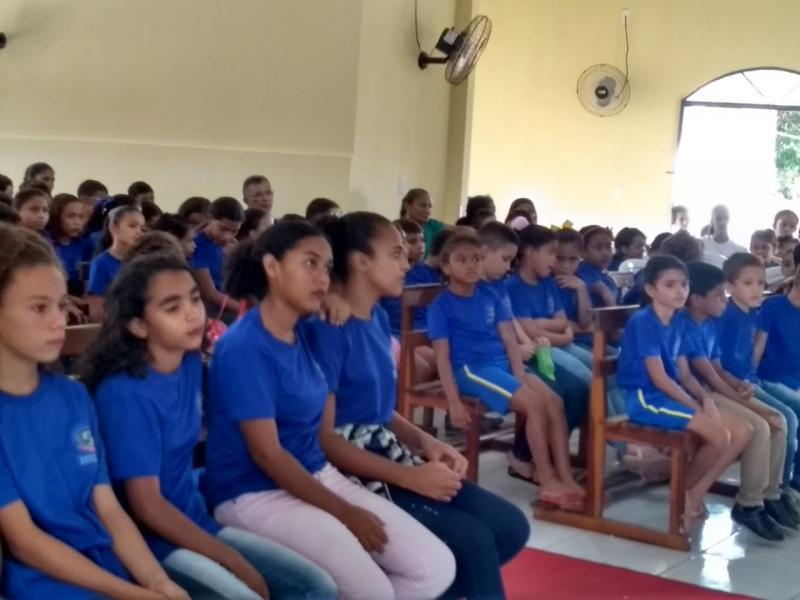 Estudantes participam de missa no dia da educação nos festejos da padroeira