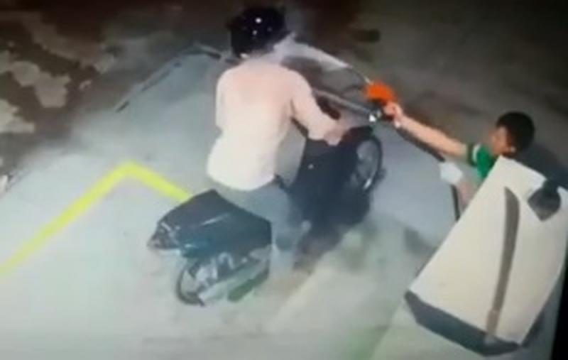 Frentista reage a assalto e dispara jato de combustível em ladrão