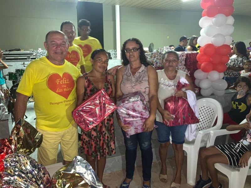 O empresário Trajano Paulo distribuiu cerca de 1200 presentes dia das mães.