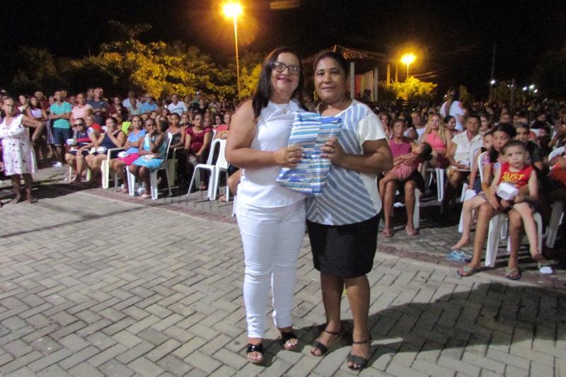 Prefeito Ananias André entrega geladeira em mega festa