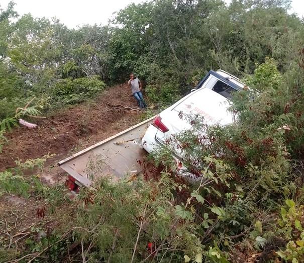 Caminhão tomba na BR-230 entre Oeiras e Picos