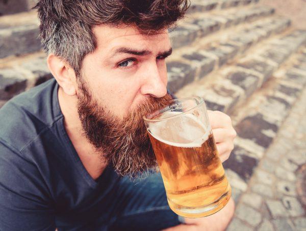 Por que as pessoas ficam mais bonitas quando bebemos?