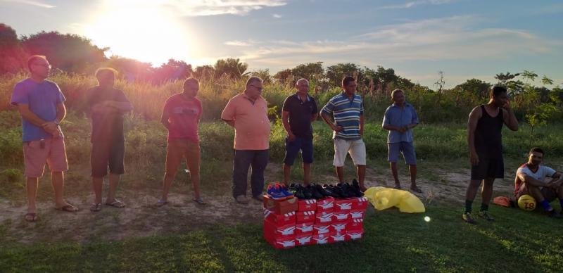 Prefeito Dr. Alcione Barbosa realizou entrega de chuteiras