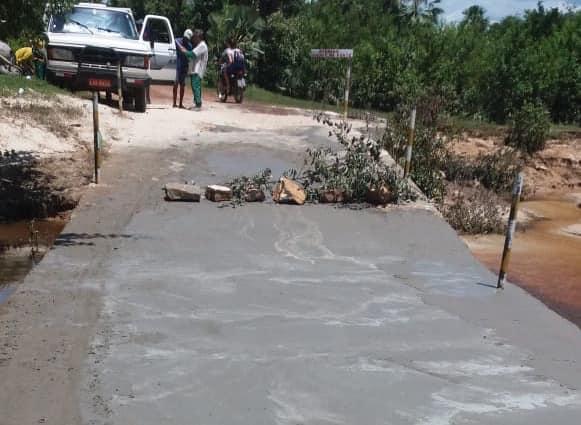 Prefeitura recupera passagem molhada do acesso a comunidade Jacarandá