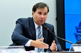Maia deixa para Bolsonaro sancionar ou vetar projeto que anistia partidos