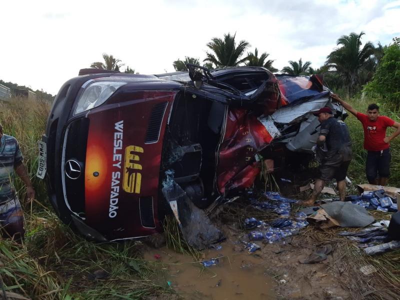 Van do cantor Wesley Safadão se envolve em acidente no Maranhão