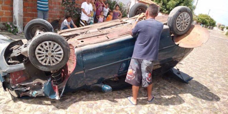 Homem capota carro após bater em calçada no Piauí