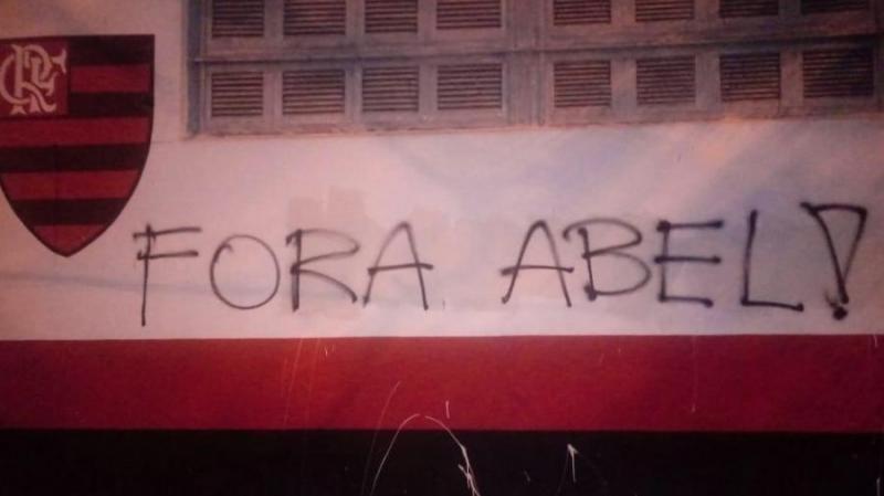 Pichações pedem saída de Abel e Bap após derrota do Flamengo