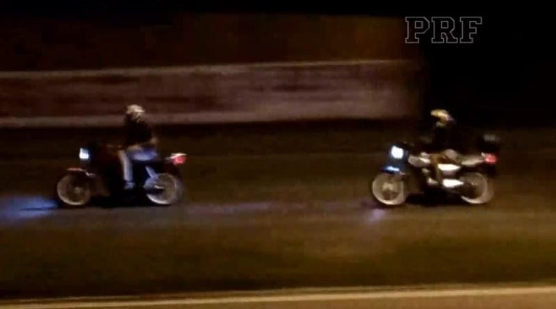 PRF flagra adolescentes fazendo 'racha' de moto na BR-407