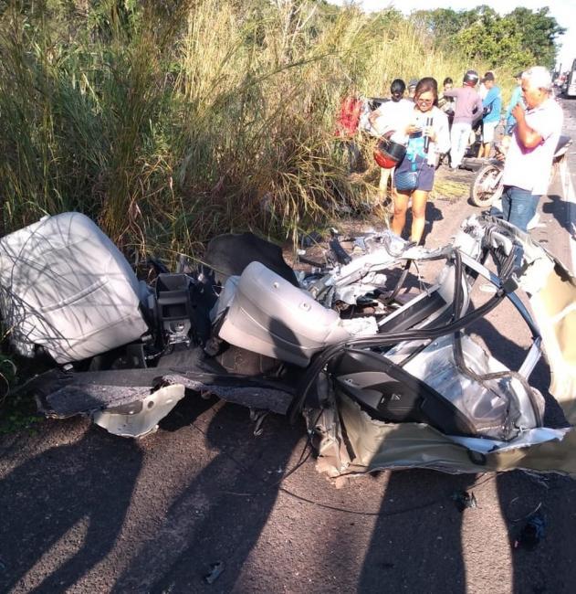 Carro se parte em 15 pedaços e um morre em colisão na BR-316