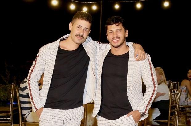 Carlinhos Maia e Lucas Guimarães fazem jantar para padrinhos e amigos