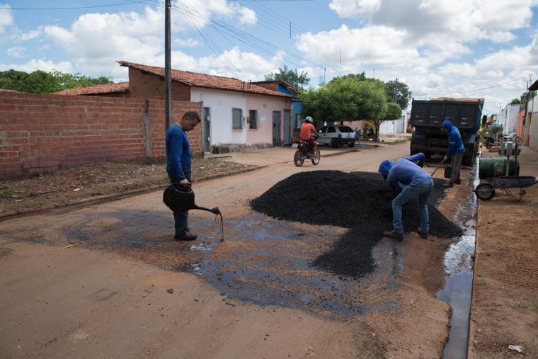 Timon: operação tapa buraco segue pelas ruas do Parque Alvorada