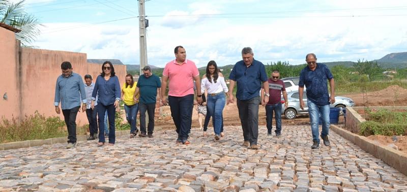 Prefeito e deputado Georgiano Neto visitam obras de pavimentação em Simões
