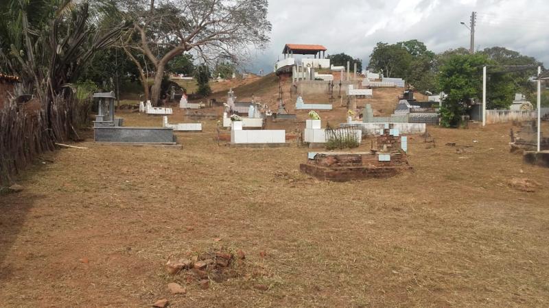 Limpeza no cemitério