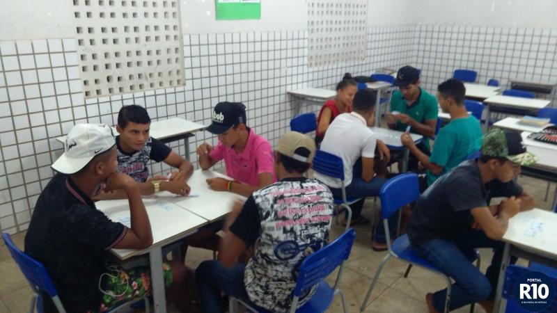 Alunos da EJA praticando Dominó das Frações (Foto: RF Fotografias)