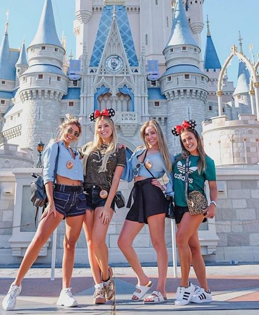 Ex-BBBs Hariany e Paula viajam juntas para a Disney