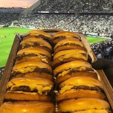 Corinthians distribui pizzas e hambúrgueres aos adversários venezuelanos