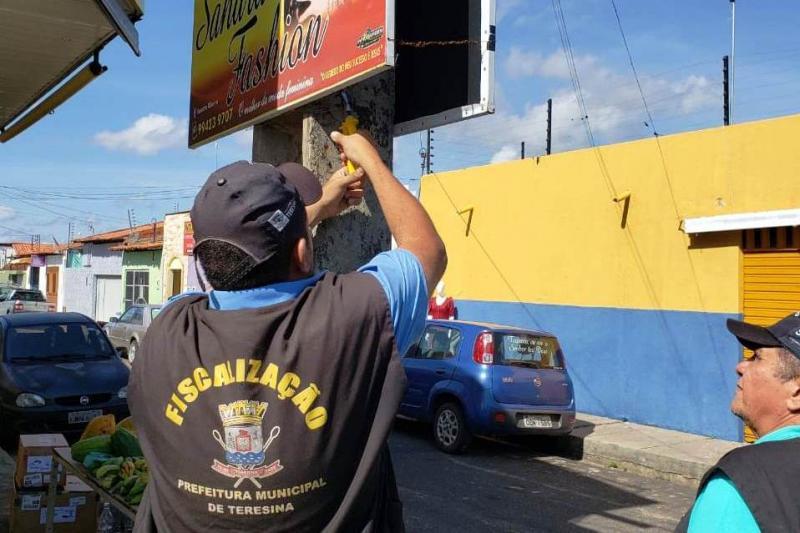 Fiscalização apreende 81 placas de publicidade em Teresina