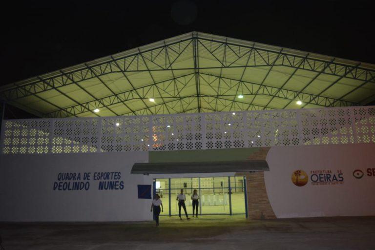 Prefeito inaugura quadra de esportes no Bairro Canela em Oeiras