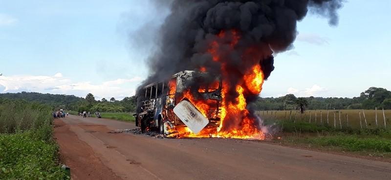 Ônibus da empresa Fretur pega fogo na PI-211