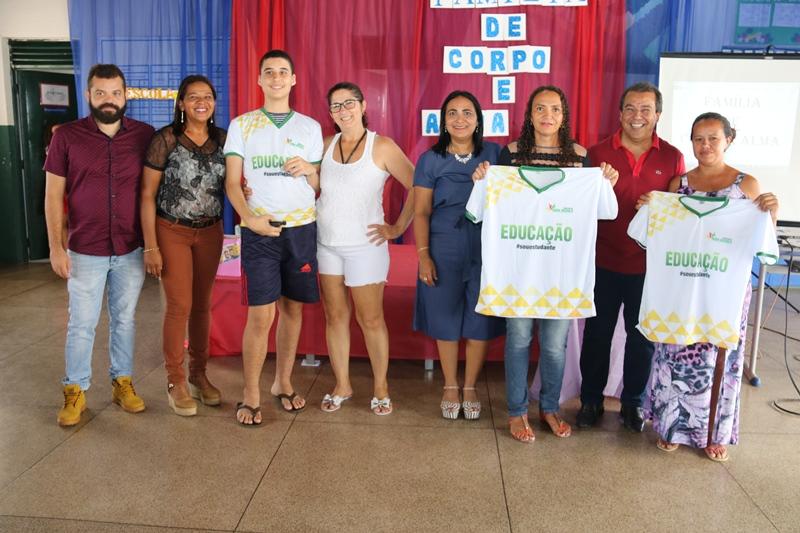 Água Branca entrega novas fardas para alunos da rede municipal de ensino