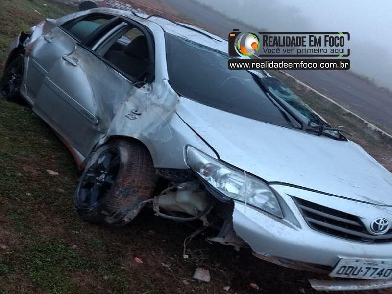 Foto:Reprodução - Carro modelo Toyota/Corolla que capotou e saiu da pista.