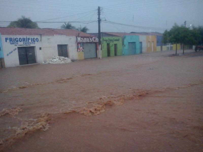 Forte chuva alaga ruas e deixa município do Piauí ilhado