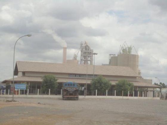 Foto: Reprodução - Estrutura da Fábrica de Cimento Itapissuma abandonada.