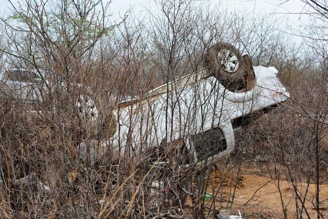 Hilux capota e deixa mulher morta BR-230 no Piauí