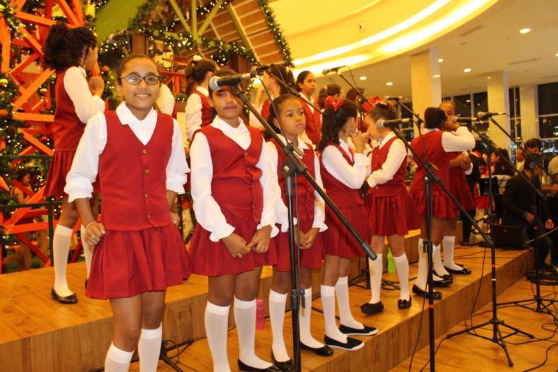 Coral de alunas do município de São Pedro se apresentou nesse domingo no Teresina Shopping