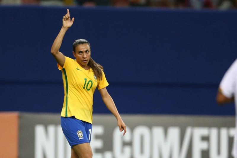 Marta treina no campo e pode jogar contra a Austrália