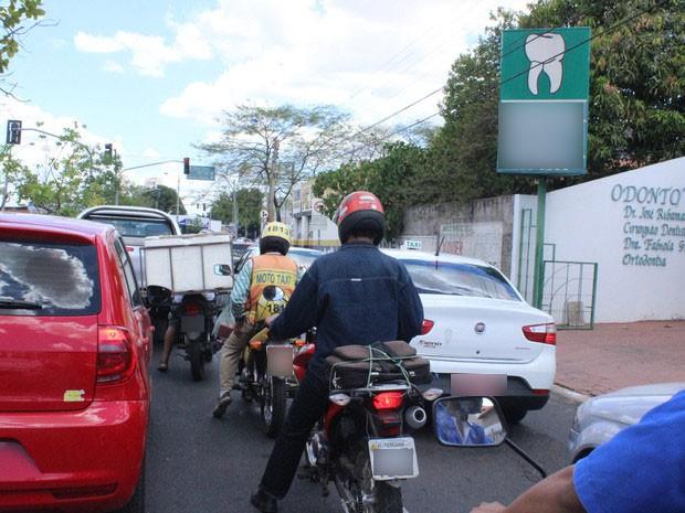 Câmara aprova trânsito de motos entre veículos em fila