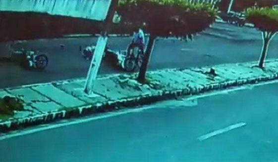 Motociclista atinge duas pessoas ao 'empinar' moto no Piauí