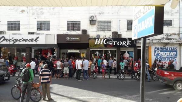 Bandidos trocam tiros com PM durante assalto à Cacau Show no PI