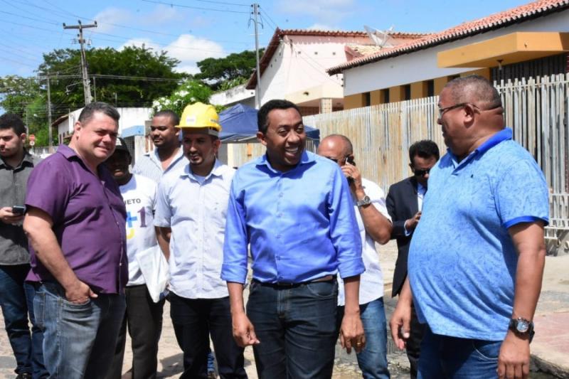 Prefeito de Floriano visita obras de pavimentação asfáltica no município