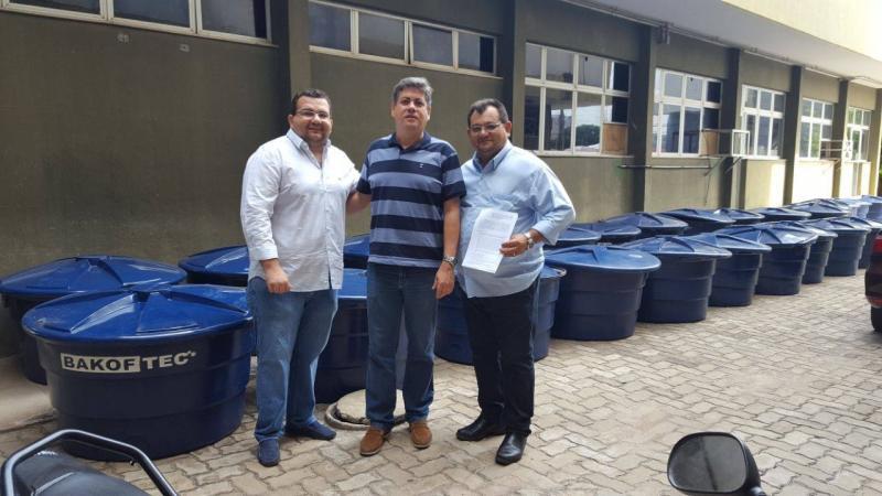 Prefeito Léo Leite recebendo Kits de irrigação para distribuir aos agricultores de Pedro Laurentino